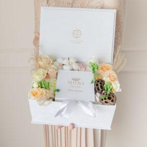 Cutii flori si ciocolata, cutii flori premium, cadouri pentru ea, cadouri de Paste, cadouri de Pasti, ciocolata si flori, cadouri ciocolata si flori, cutii flori, cutii flori premium, cutii flori elegante, cutii ciocolata elegante, ciocolata artizanala, ciocolata premium, cutii praline artizanale, cutii praline premium, cutii praline deosebite, praline si flori, flori si praline ciocolata, cadouri deosebite